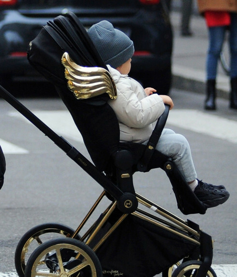 Zdjęcie (4) Marina i Wojtek Szczęśni z synkiem przyłapani przez paparazzi na ulicach Mediolanu. Wokalistka skomentowała