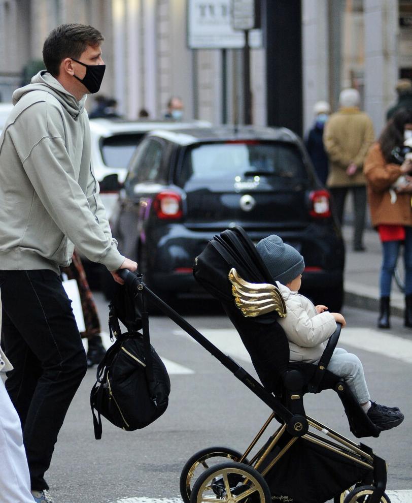 Zdjęcie (6) Marina i Wojtek Szczęśni z synkiem przyłapani przez paparazzi na ulicach Mediolanu. Wokalistka skomentowała
