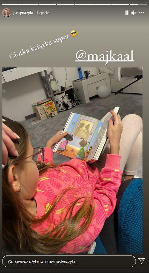 Córka Justyny Żyły czyta książkę
