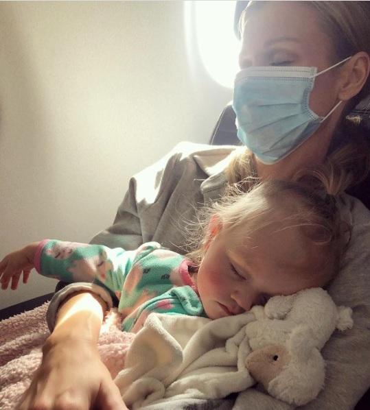Joanna Krupa z Ashą w samolocie