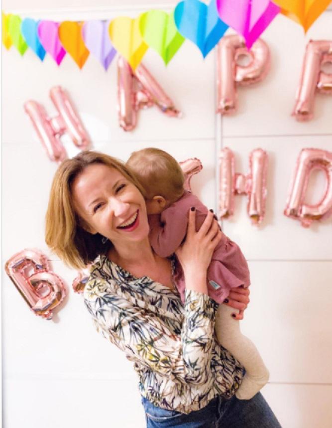 Zdjęcie (1) Roześmiana Kasia Ankudowicz świętuje pierwsze urodziny córki. Aktorka pochwaliła się uroczymi kadrami z przyjęcia