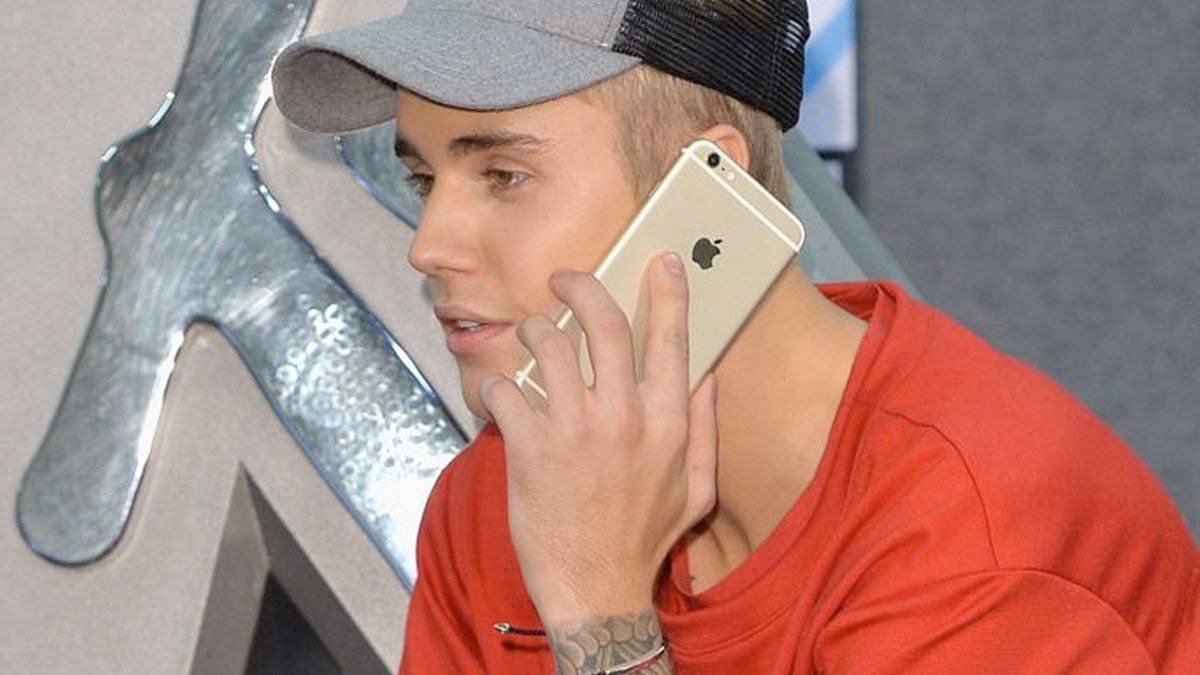 Justin Bieber z telefonem