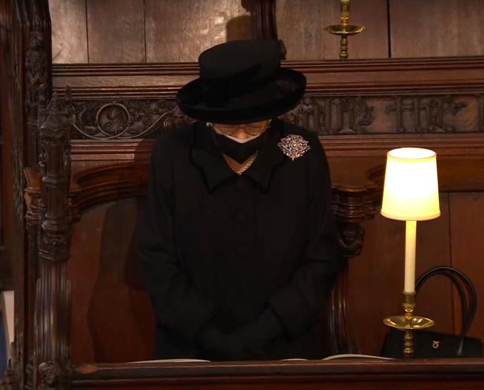 Zdjęcie (4) Pogrzeb księcia Filipa. Królowa Elżbieta osamotniona w kaplicy. Zrozpaczona dyskretnie ocierała łzy