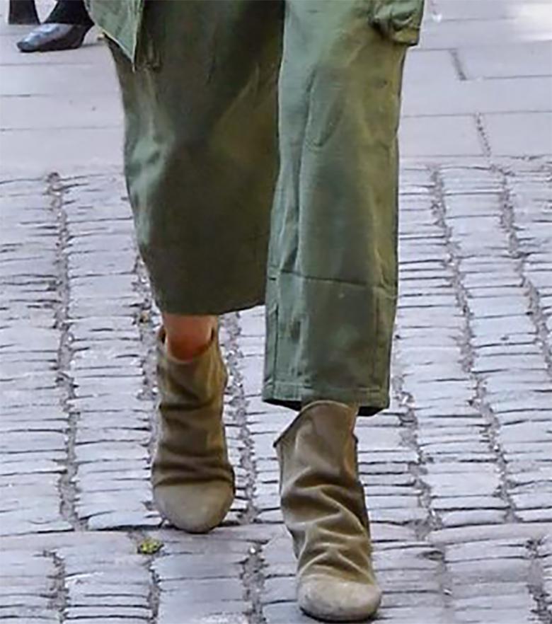 """Zdjęcie (4) Agnieszka Woźniak-Starak w militarnym kombinezonie przed studiem """"Dzień Dobry TVN"""". Odpowiednie dodatki zrobiły całość"""