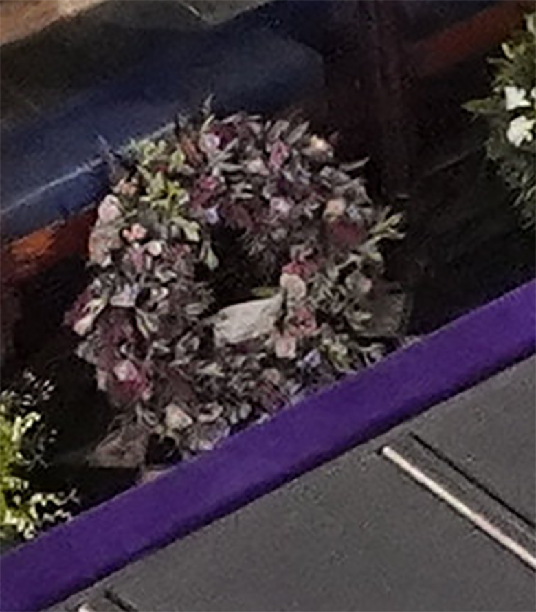 Zdjęcie (1) Pogrzeb księcia Filipa. Meghan Markle nie tylko przesłała pokaźny wieniec, ale także zdobyła się na piękny gest. Wzruszające!