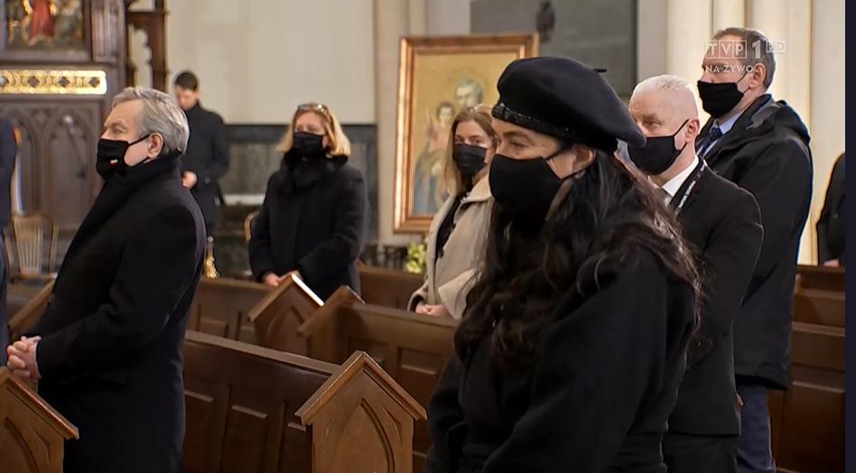 Zdjęcie (7) Pogrzeb Krzysztofa Krawczyka. Kim jest dziewczynka, która siedziała przytulona do Ewy Krawczyk?
