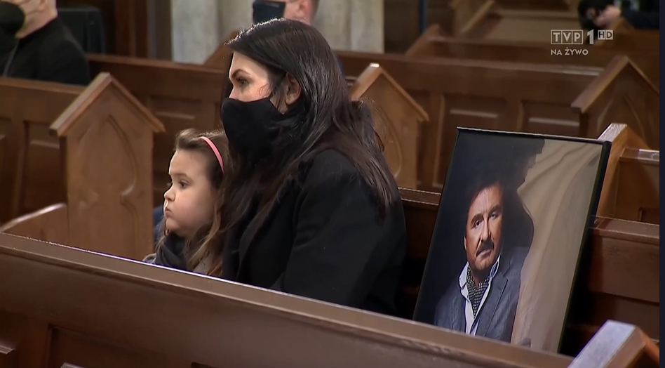 Zdjęcie (6) Pogrzeb Krzysztofa Krawczyka. Kim jest dziewczynka, która siedziała przytulona do Ewy Krawczyk?