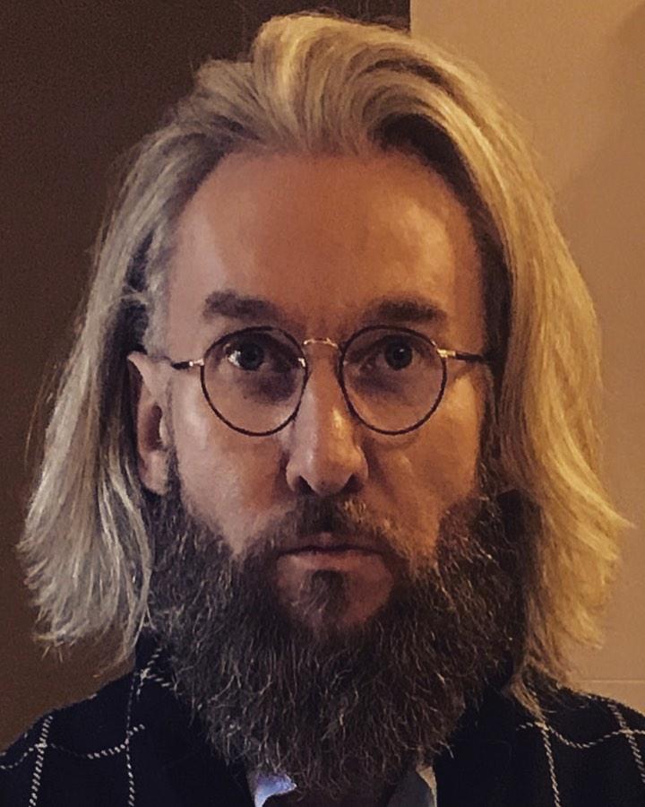 Piotr Schramm zapuścił brodę i włosy