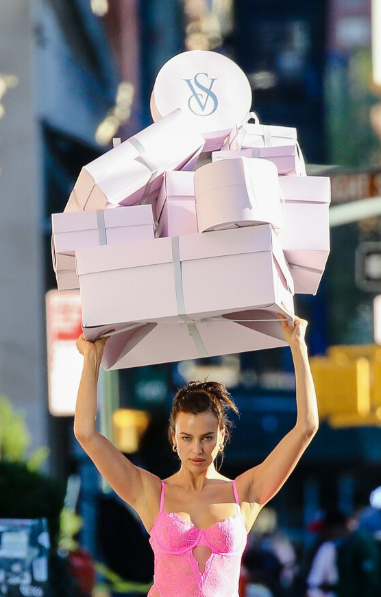Irina Shayk w różowych stylizacjach