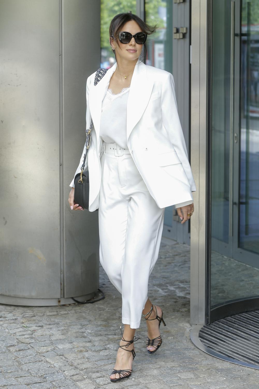 Paulina Krupińska w białym garniturze