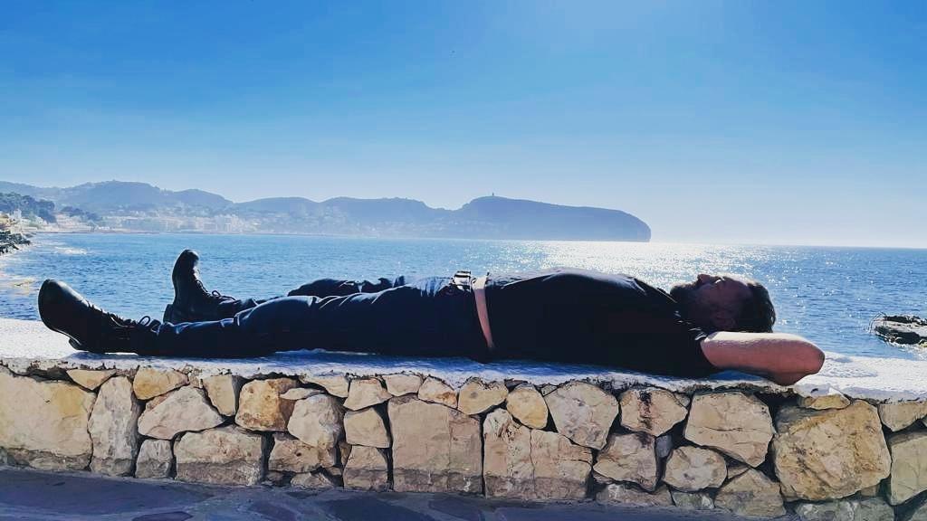 Marcin Prokop odpoczywa na murku