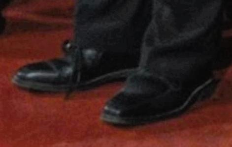 Jarosław Kaczyński w dwóch różnych butach