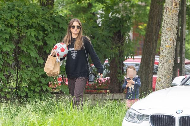 Zdjęcie (7) Anna Lewandowska z Klarą spaceruje po Warszawie. Nawet w naturalnym wydaniu wygląda pięknie