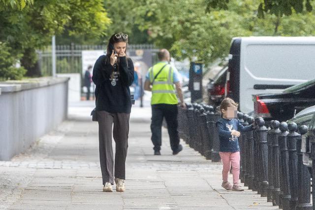 Zdjęcie (6) Anna Lewandowska z Klarą spaceruje po Warszawie. Nawet w naturalnym wydaniu wygląda pięknie