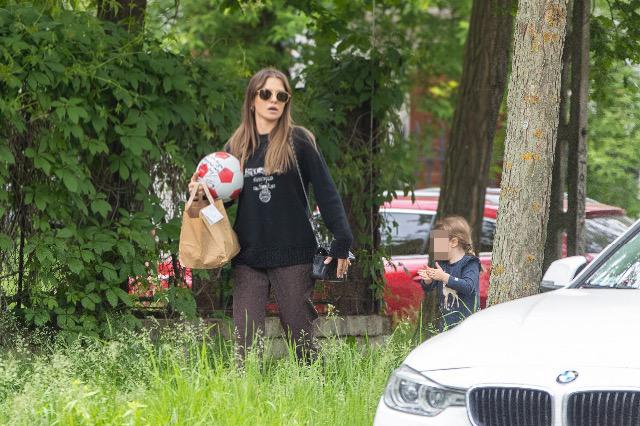 Zdjęcie (4) Anna Lewandowska z Klarą spaceruje po Warszawie. Nawet w naturalnym wydaniu wygląda pięknie