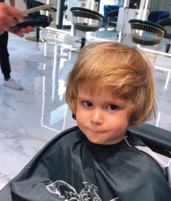 Syn Rafała Maślaka w długich włosach