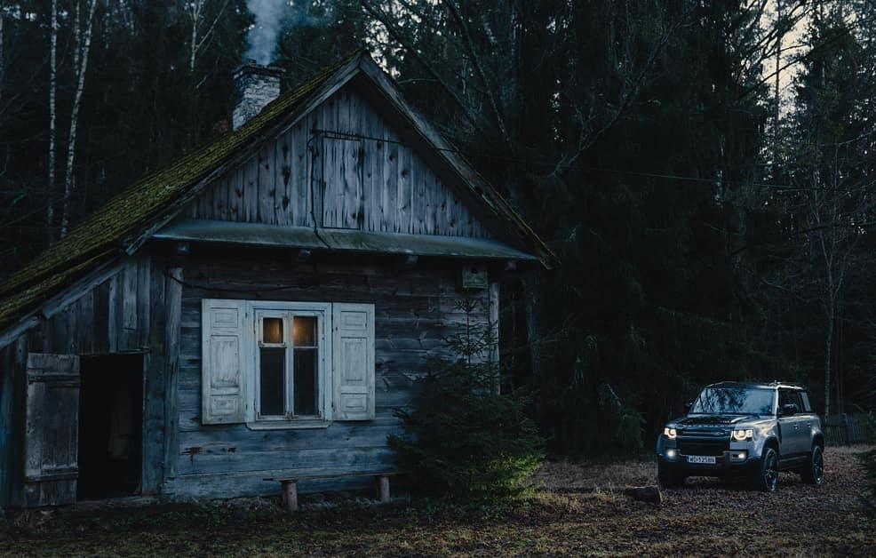 Przemek Kossakowski ma chatkę w lesie