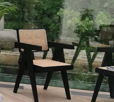 Krzesła w salonie Anny Lewandowskiej