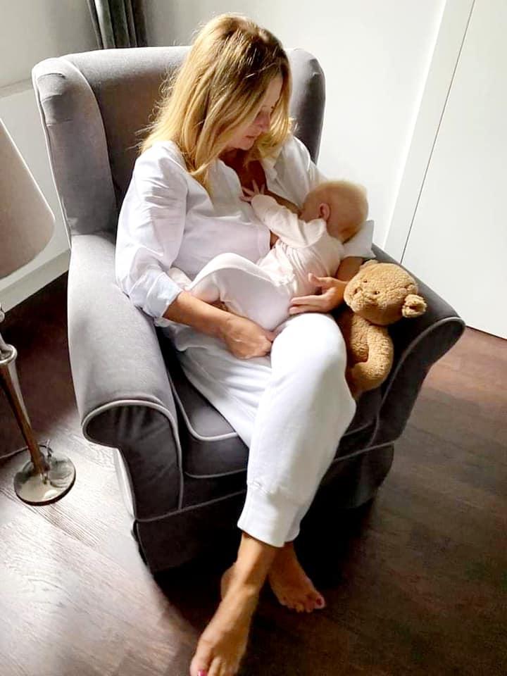 Joanna Kurska karmi córkę piersią